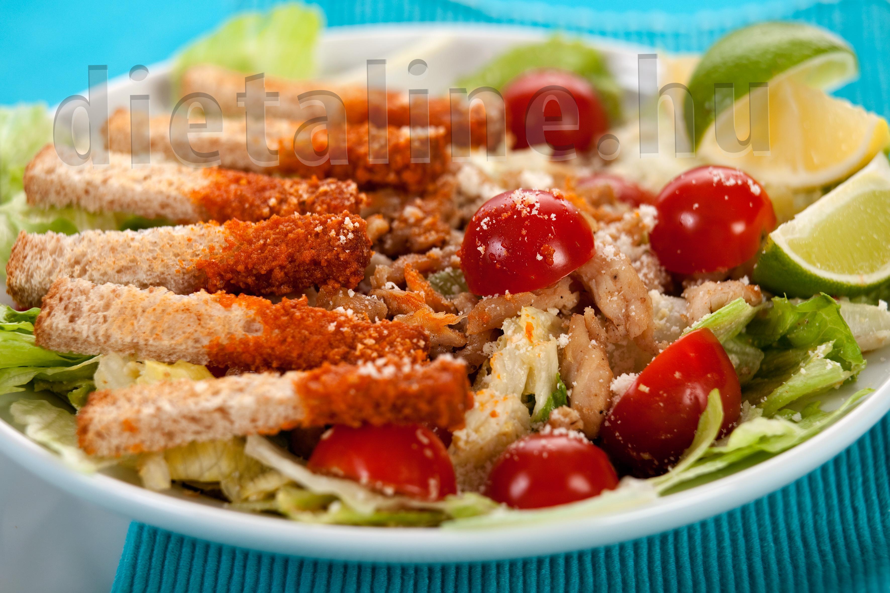 Cézár saláta piros pestóba mártott pirítós csíkokkal..